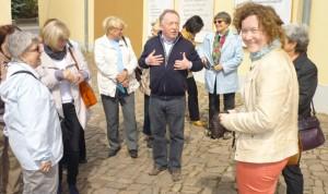 Peter Sodann im Gespräch mit Teilnehmern der Exkursion.
