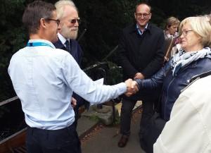 Dr. Ulrike Uhlig, Vorstandsvorsitzende der Internationalen Stefan-Heym-Gesellschaft, Archiv-Betreuer Christian Staufenbiel (vorn) und Prof. Peter Hutchinson (2.v.l.). Foto: M. Müller