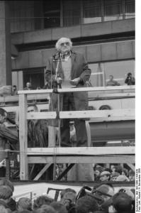 Stefan Heym am 4. November 1989 auf dem Berliner Alexanderplatz. Foto: Hubert Link / ADN-ZB. Quelle: Bundesarchiv, Bild 183-1989-1104-039