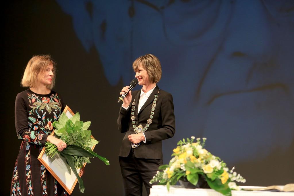 Oberbürgermeisterin Barbara Ludwig (rechts) bei der Übergabe des Preises an Joanna Bator. Foto: Stadt Chemnitz/Peter Zschage
