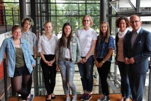 Abgeordneter Jörg Vieweg (SPD, rechts) mit den Preisträgern Nadine Koop, Kilian Buchmann, Anna Bürger, Ayleen Jähnigen, Katharina Fritzsche, Leandra Stanko (v.l.n.r.) im Sächsischen Landtag in Dresden. Foto: xxxxxxx