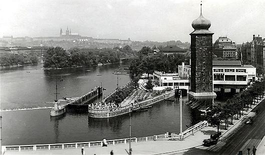 """Das Café Manes am Ufer der Moldau in Prag ist Schauplatz des ersten Kapitels von Stefan Heyms 1942 erschienenem Debütroman """"Hostages"""" (auf Deutsch: """"Der Fall Glasenapp""""). Foto: Archiv"""